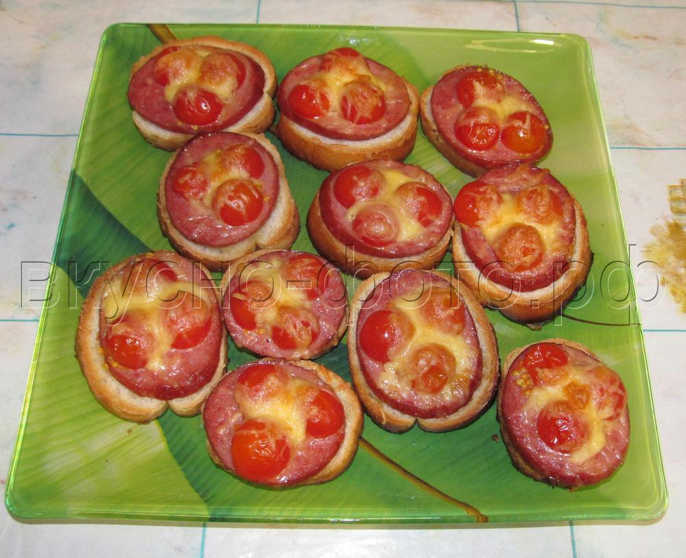 Горячий бутерброд с сыром и помидорами в микроволновке